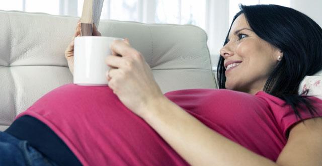 Estudio sugiere que es seguro ingerir cafeína de forma moderada durante el embarazo